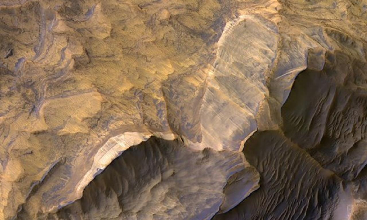 Mars'tan gezegenin kanyonlarına ışık elinde dördül