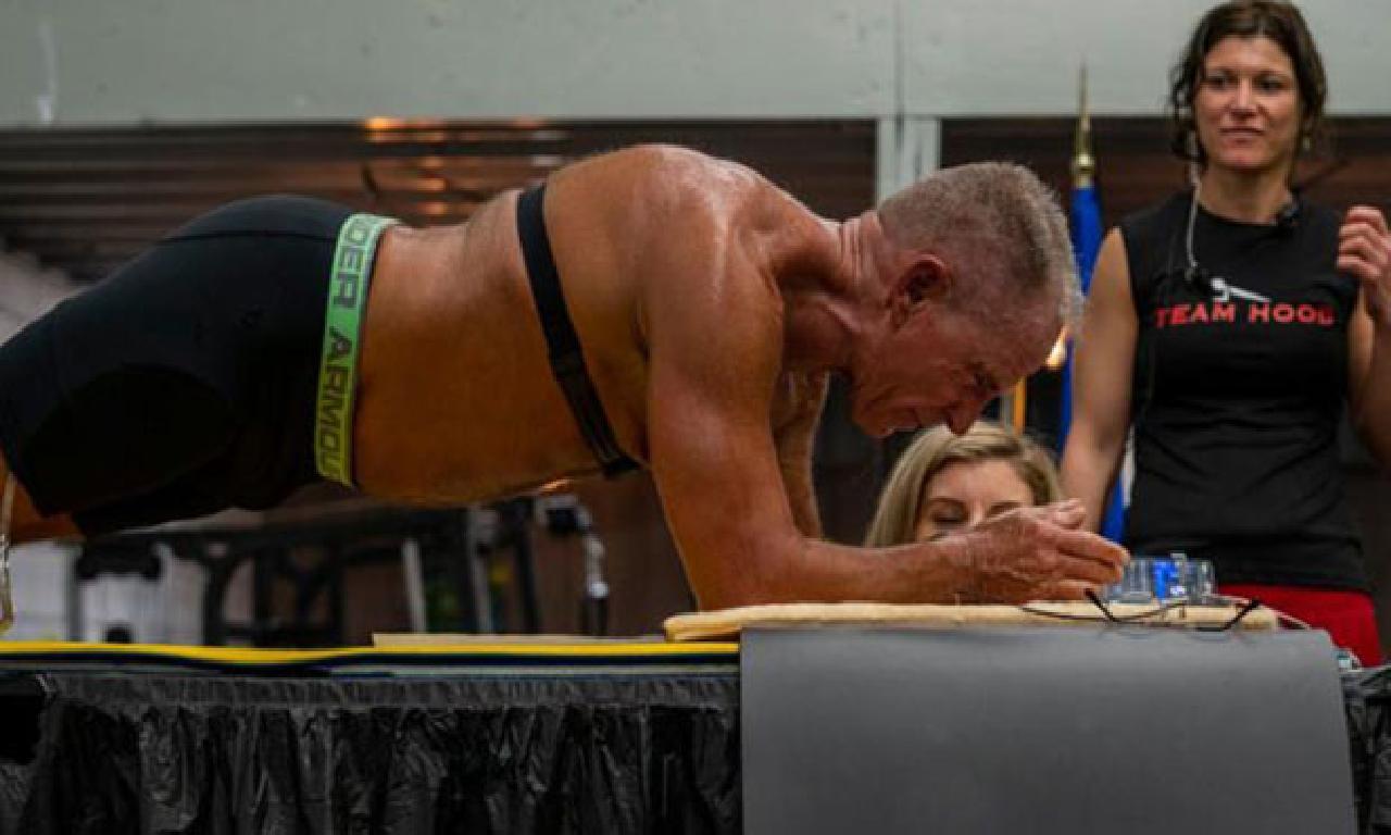 Dünya rekoru: 62 yaşındaki eş 8 vakit plank pozisyonunda duran