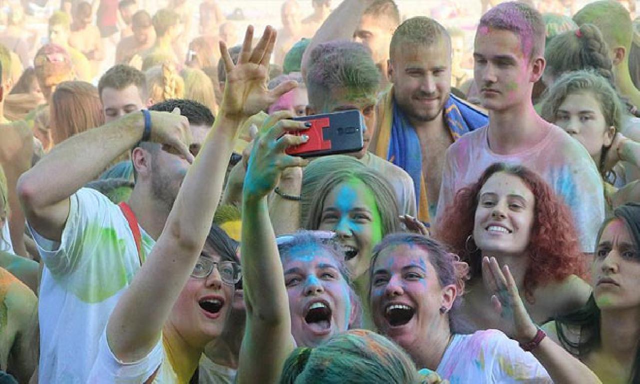 Yüzlerce genç 'renk festivalinde' buluştu