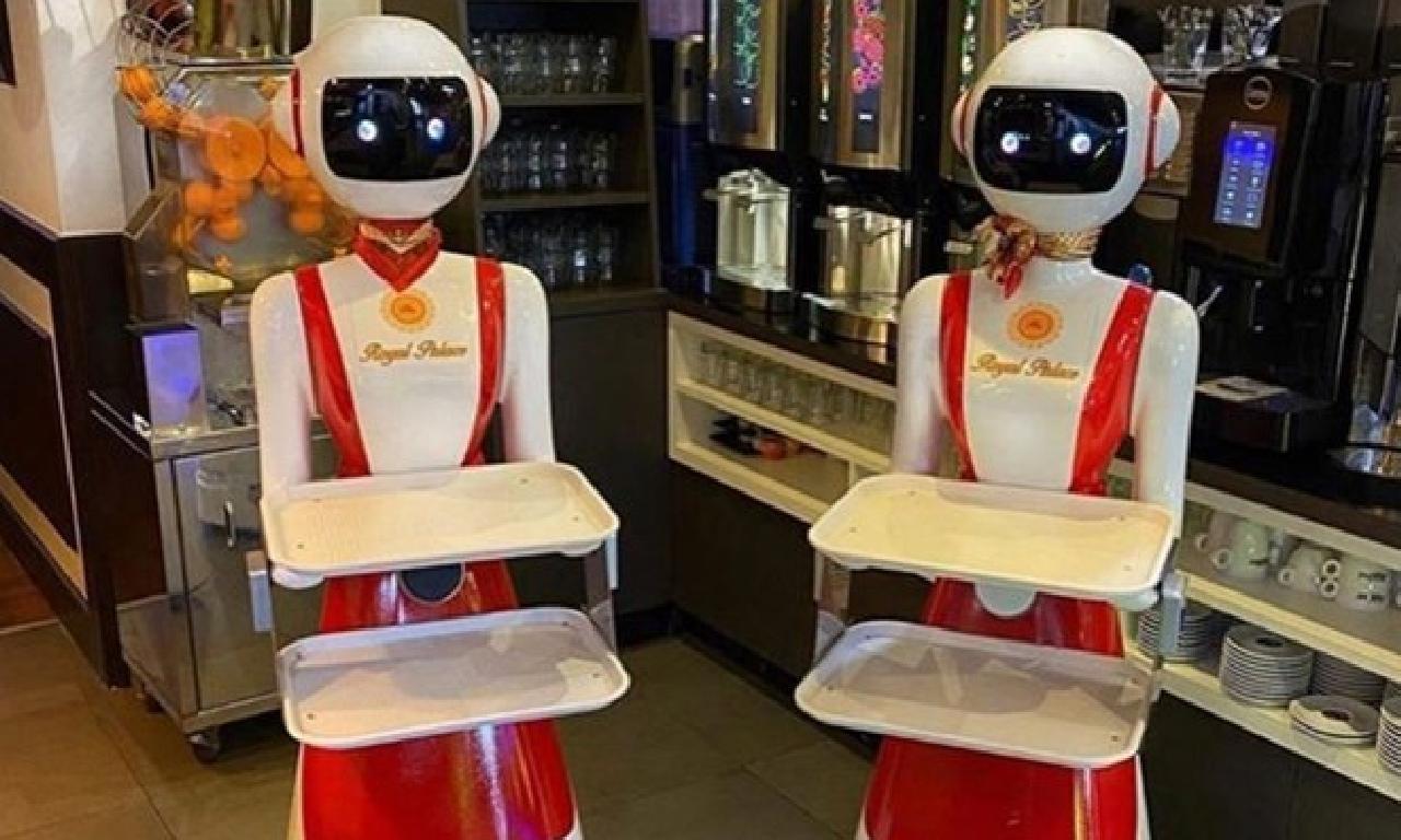 Koronavirüs önlemi: Robot garsonlar göreve başladı