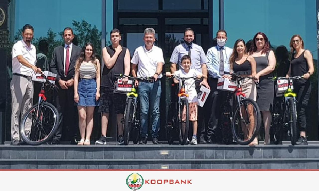 Babalar Günü Talihlileri Bisiklet dahi Kasklarını Teslim Aldı