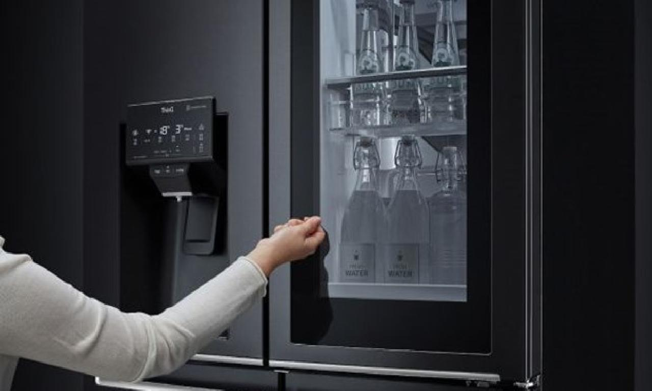 Bu buzdolabı ünlü askerlere ilen açılıyor